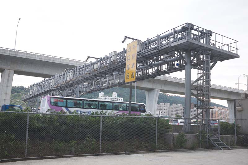 One of the over three hundred gantries on the Taiwan freeways that enable the system to track and bill vehicles with eTag stickers.