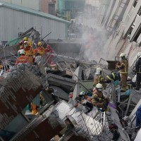 Rescue teams serach for the missing in a collapsed buliding following the powerful earthquake that struck souther Taiwan just before the Chinese New Year (Photo: AP/Wally Santana)