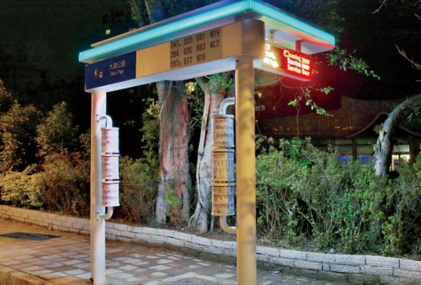 An example of the new style of covered bust stops in Taipei, especially designed for places with narrow sidewalks. (Photo: Taipei City Government Office of Public Transportation)