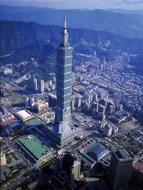 The iconic Taipei 101, with its Chinese motifs, dominates the Taipei skyline. (Photo: Li Zhuyuan)