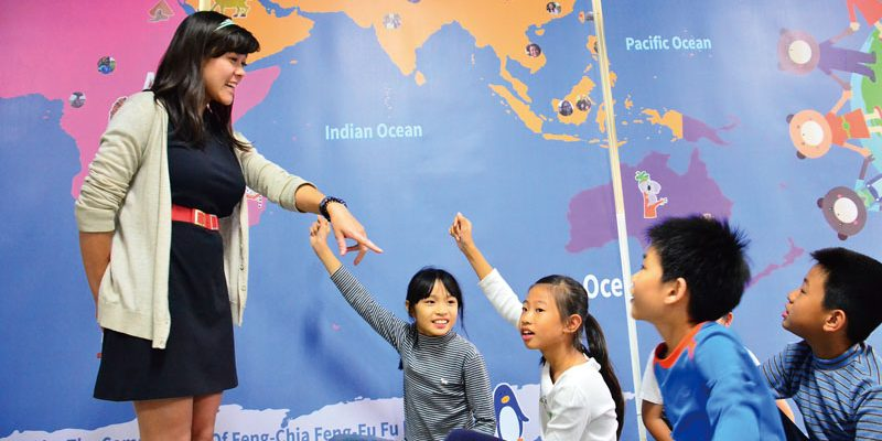 ETA Ida Sobotik engages elementary students in a geography lesson in Taichung. (Photo: Foundation For Scholarly Exchange)