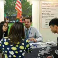 A mother and student receive counseling on study abroad opportunities in the United States. (Photo: Oh! America)