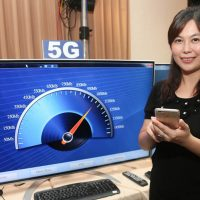 A representative demonstrates 5G service at the MOEA 5G forum. Photo: CNA