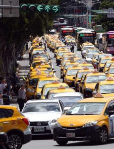 Hundreds of taxis surround the Executive Yuan to protest Uber's continued presence in the Taiwan market.