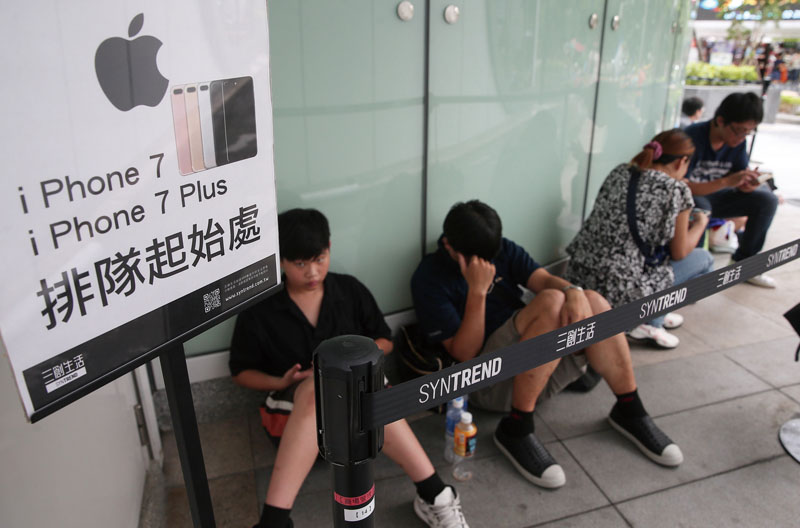 WAIT HERE - Prospective buyers eager to get the iPhone 7. The new model has also been a boon for Taiwan's components suppliers. Photo: CNA
