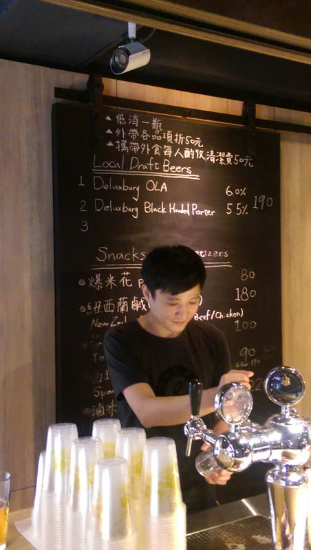 Bars catering to craft beer fans, such as Alphadog in Taipei City, are becoming increasingly popular. (Photo: Tim Ferry)